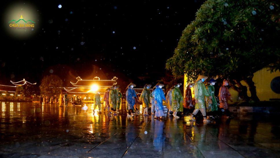 Phật tử chùa Ba Vàng tinh tấn kinh hành tụng kinh Tam Bảo hồi hướng hóa giải dịch bệnh COVID-19 theo lời Phật dạy