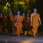 Sư Phụ cùng đại Tăng kinh hành tụng kinh Tam Bảo quanh khuôn viên chùa hồi hướng nguyện cầu hóa giải dịch bệnh COVID-19