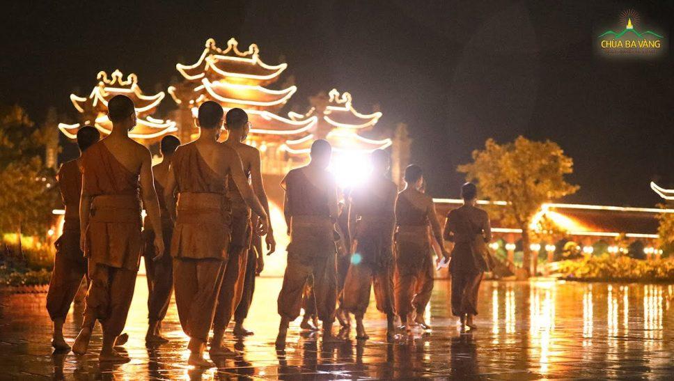 Chư Tăng chùa Ba Vàng tụng kinh Tam Bảo hồi hướng cầu nguyện sớm đẩy lùi nạn dịch Covid-19