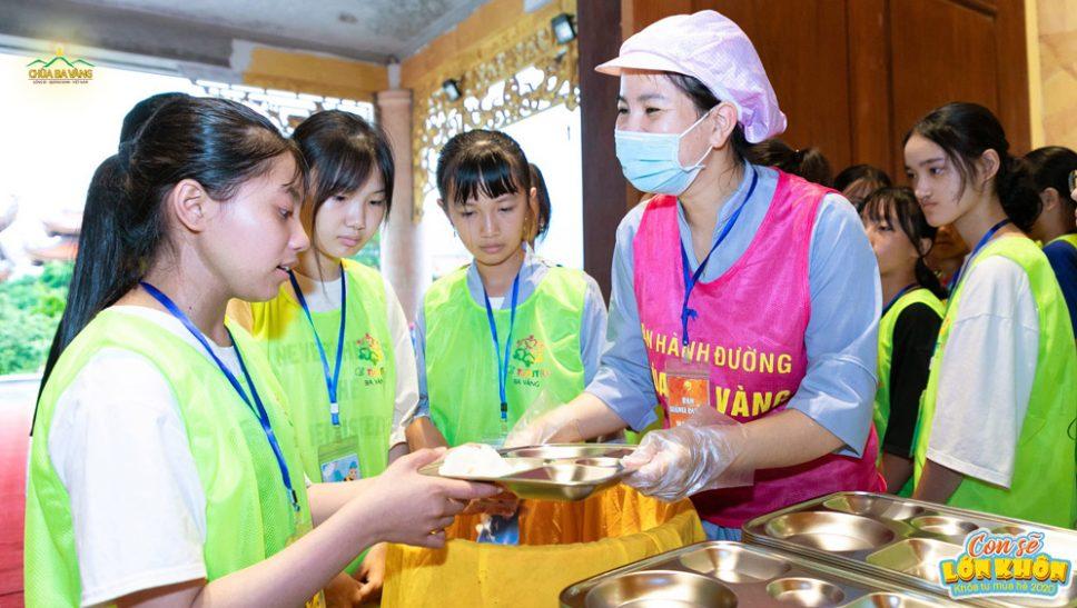 Cô Phật tử Ban hành đường rất hạnh phúc khi được chăm sóc từng bữa ăn cho các bạn khóa sinh