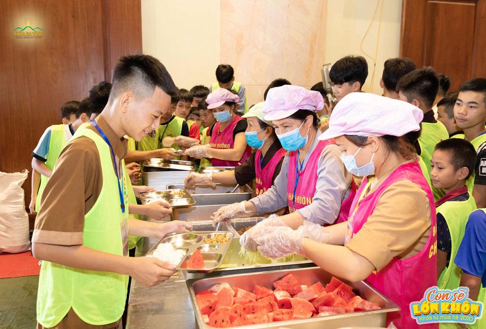 Chăm lo từng bữa ăn cho hơn 3000 bạn khóa sinh nhưng các cô bác luôn ân cần và chu đáo