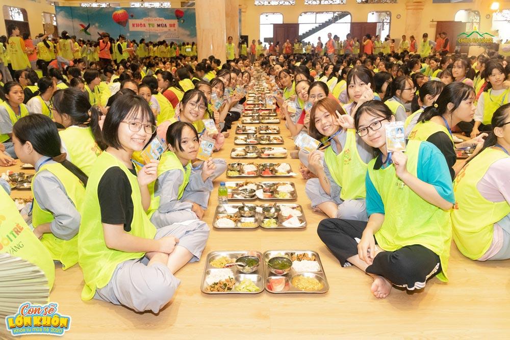 Các bạn khóa sinh rất vui khi được thưởng thức những món ăn chay vô cùng hấp dẫn và bổ dưỡng tại chùa Ba Vàng