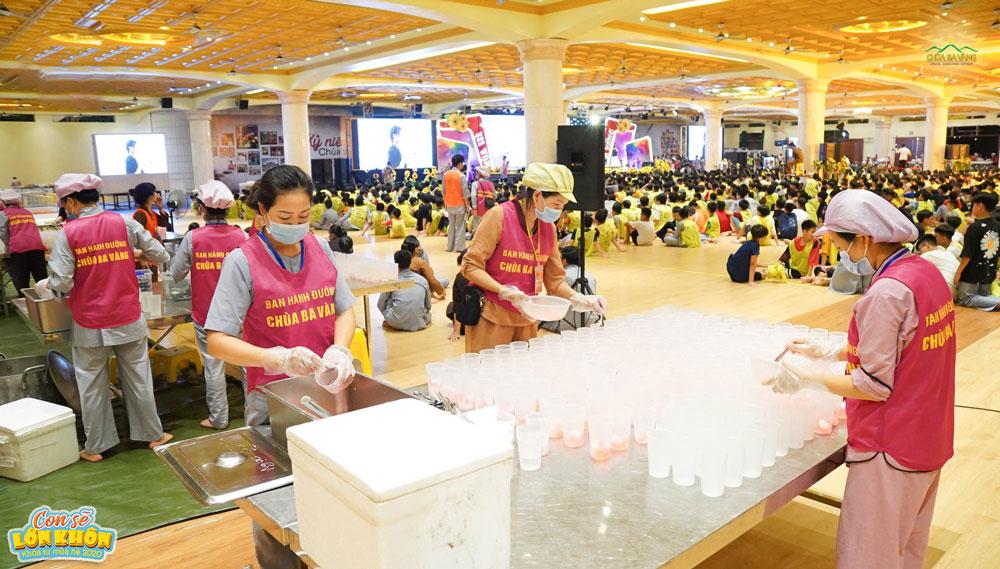 Các Phật tử Ban hành đường đang chuẩn bị thật nhiều cốc thạch phục vụ các bạn khóa sinh sau mỗi chương trình buổi tối
