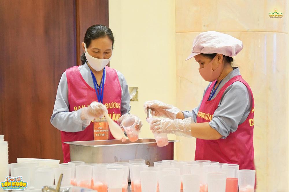 Những cốc thạch hấp dẫn, thơm ngon được làm từ những đôi bàn tay khéo léo của các cô bác Phật tử