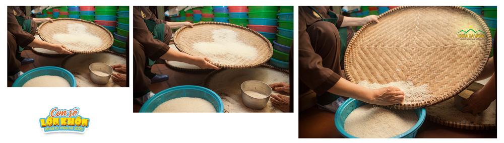 Gạo sau khi sàng lọc sẽ được phân chia vào các rổ phù hợp với khay nấu cơm
