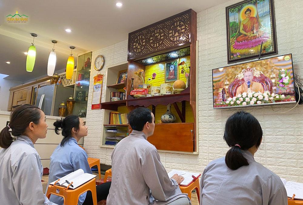 Gia đình Phật tử thuộc CLB Minh Long Hà Nội lắng nghe Sư Phụ thuyết giảng bài kinh Tam Bảo