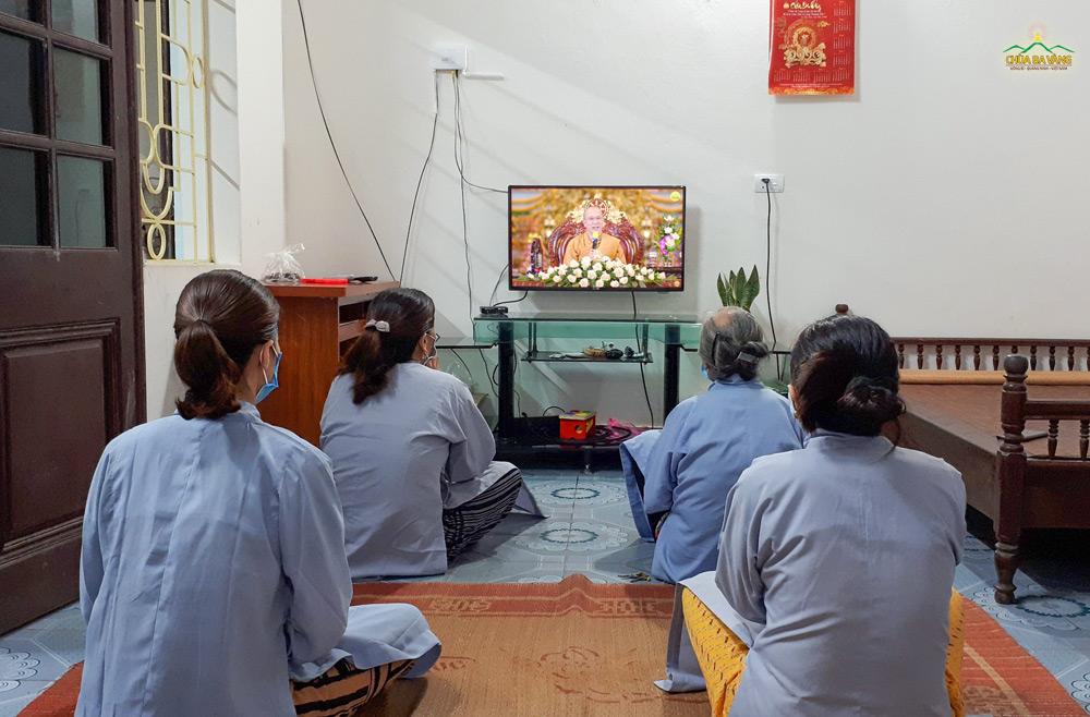 Mặc dù không thể về chùa nhưng Phật tử chùa Ba Vàng vẫn tinh tấn tu học Pháp tại nhà