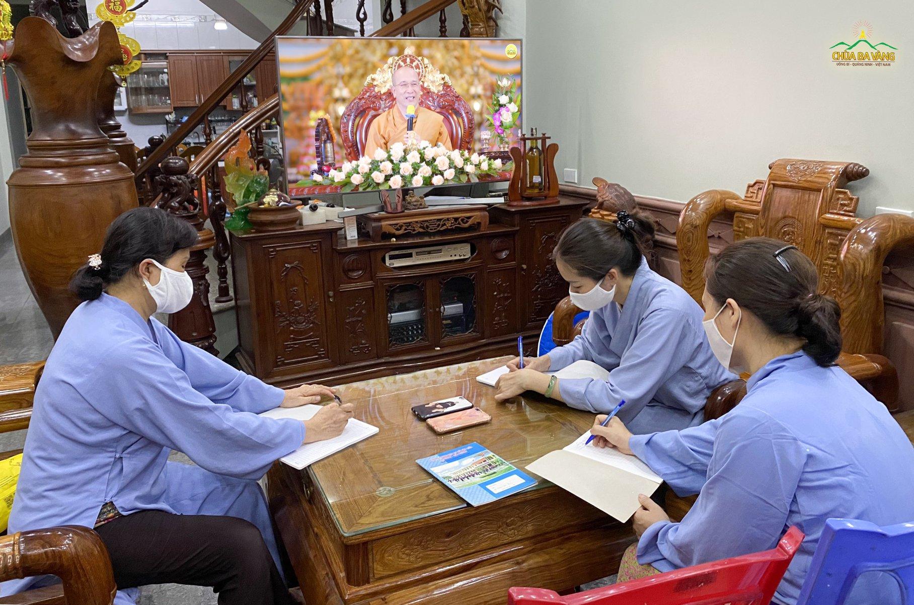 Các Phật tử không quên ghi chép lại những lời giảng quý báu từ Sư Phụ