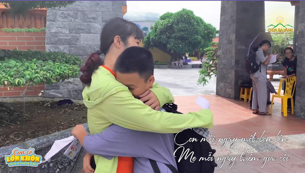 Bạn khóa sinh hạnh phúc nói lời xin lỗi cha mẹ sau khi được tham gia Khóa tu mùa hè tại chùa Ba Vàng