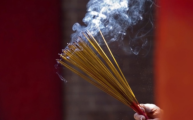 Chúng ta nên dùng tay phẩy nhẹ để làm tắt hương, nến (ảnh minh họa)