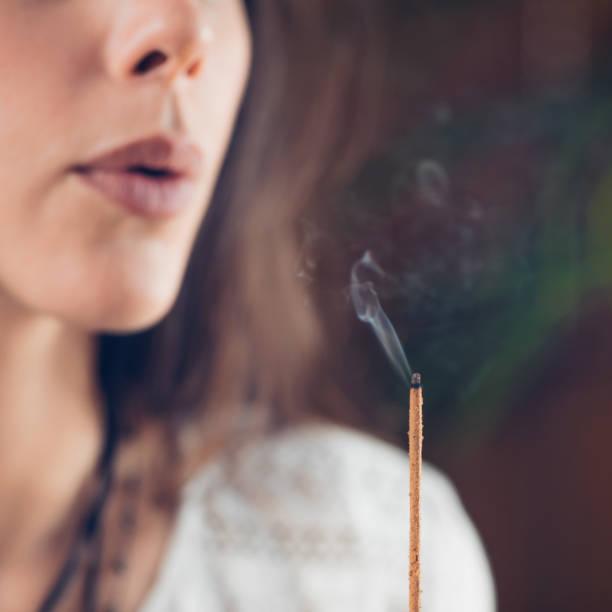 Việc dùng miệng thổi hương, nến là không nên (ảnh minh họa)
