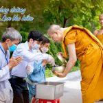 Phật tử sớt bát cúng dường Sư Phụ cùng chư Tăng chùa Ba Vàng mùa Vu Lan báo hiếu