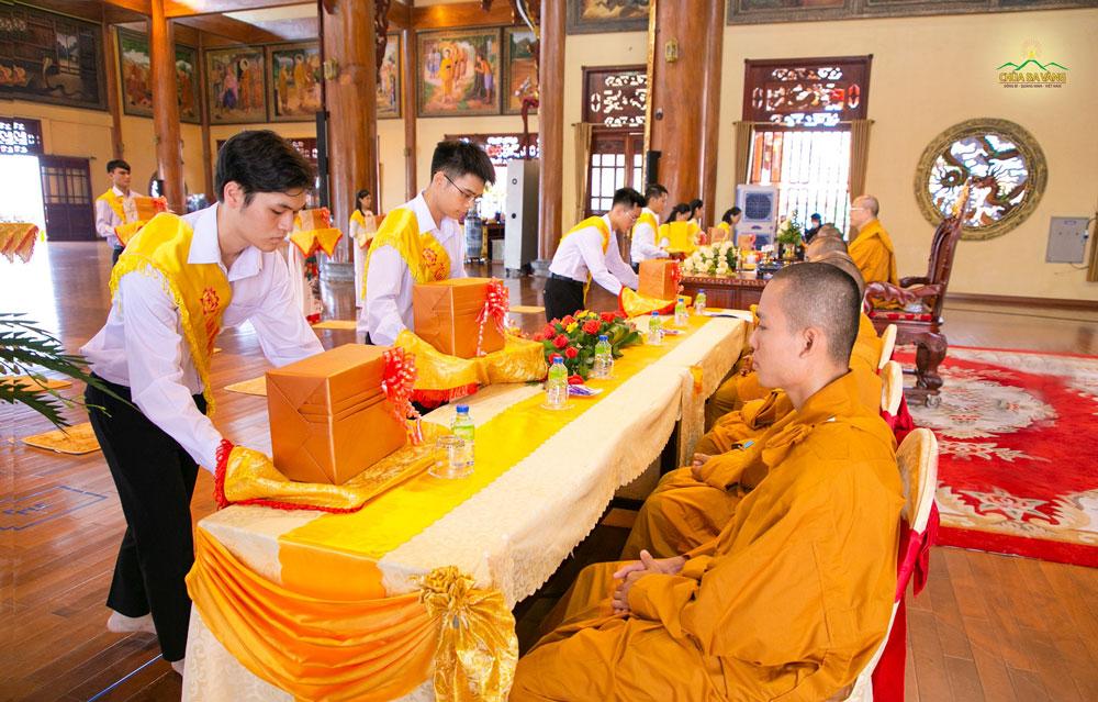 Phẩm vật cúng dường được các Phật tử thành kính dâng lên cúng dường Sư Phụ và chư Tôn đức Tăng