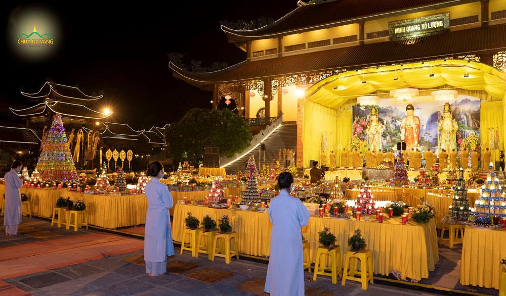 Lễ cầu siêu được diễn ra trong không khí trang nghiêm