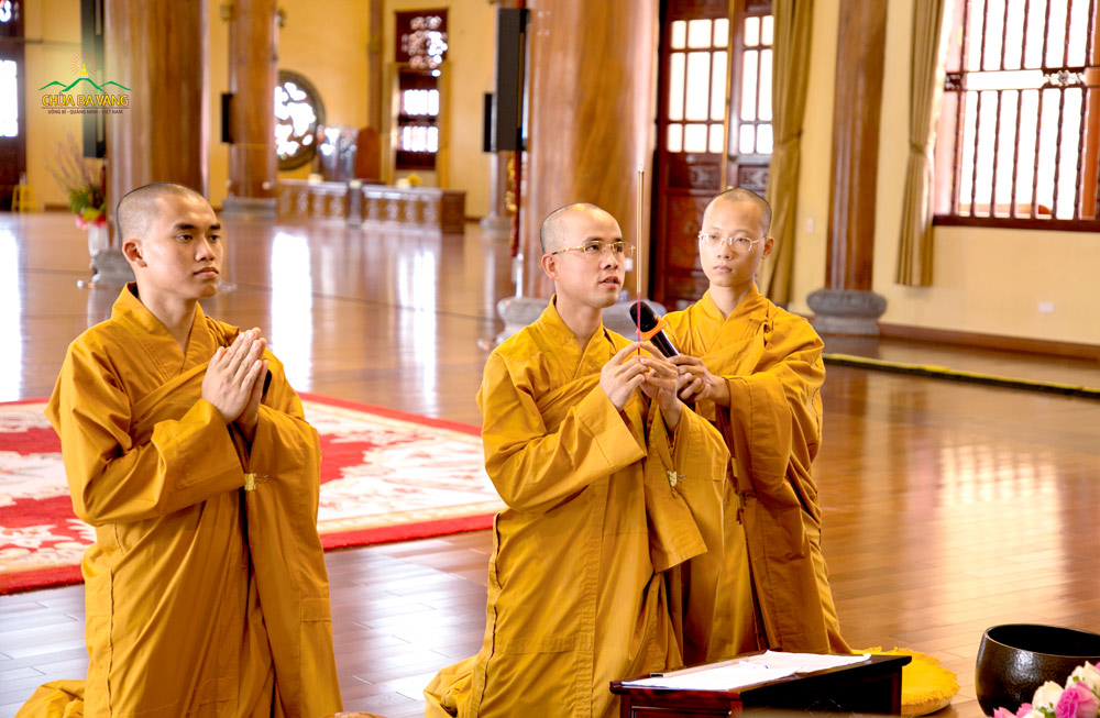 Quý Thầy tác lễ bạch Phật trước buổi truyền trao giới Pháp