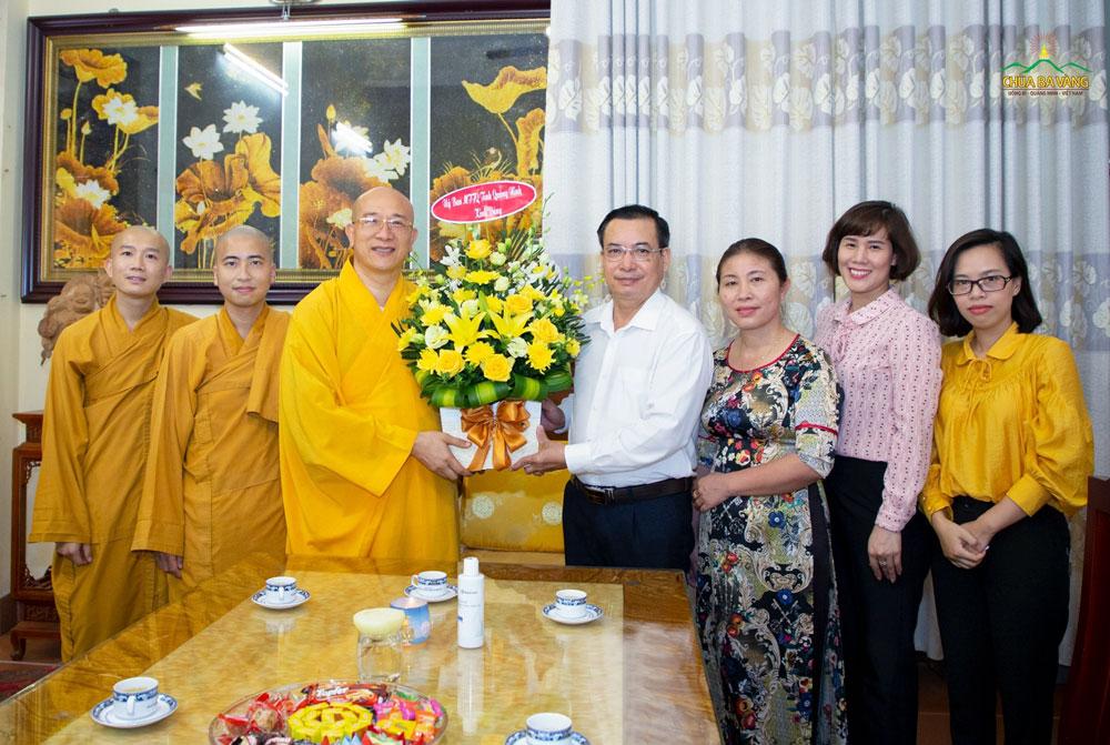Tại buổi gặp mặt, ông Hoàng Đức Hạnh gửi lời chúc mừng và tặng lãng hoa tươi thắm đến Sư Phụ Thích Trúc Thái Minh cùng chư Tăng Ni, Phật tử chùa Ba Vàng nhân dịp Đại lễ Vu Lan báo hiếu năm 2020