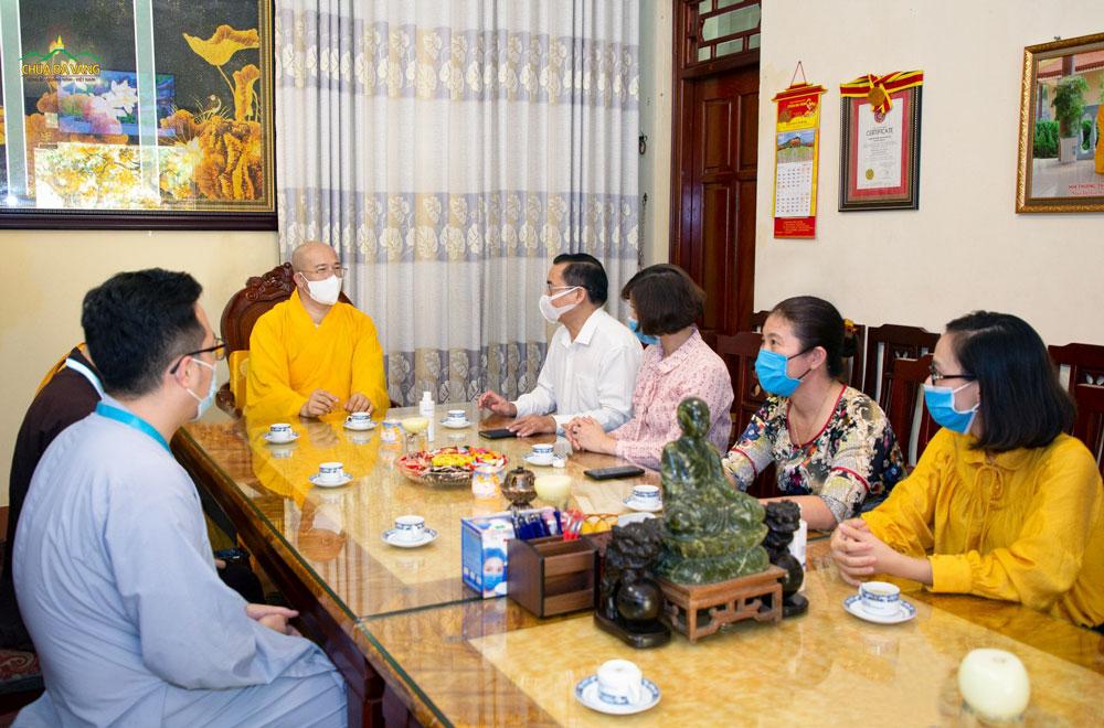Nhân dịp Đại lễ Vu Lan Báo Hiếu PL.2564 – DL.2020, vừa qua ông Hoàng Đức Hạnh – Phó Chủ tịch UBMTTQ Việt Nam tỉnh Quảng Ninh cùng phái đoàn đã thăm và chúc mừng chư Tăng Ni, Phật tử chùa Ba Vàng