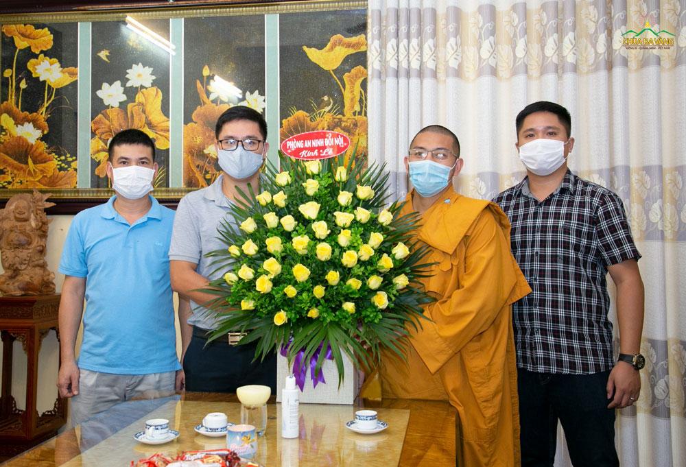 Ông Thân Vũ Hải Ninh – Phó trưởng Phòng An ninh đối nội Công an tỉnh Quảng Ninh cùng phái đoàn đã gửi tặng nhà chùa lãng hoa tươi thắm chúc mừng Đại lễ Vu Lan Báo Hiếu PL.2564 – DL.2020