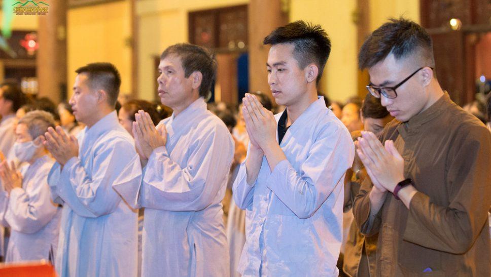 Các Phật tử chắp tay trang nghiêm hồi hướng công đức sau buổi nghe Pháp tại chùa