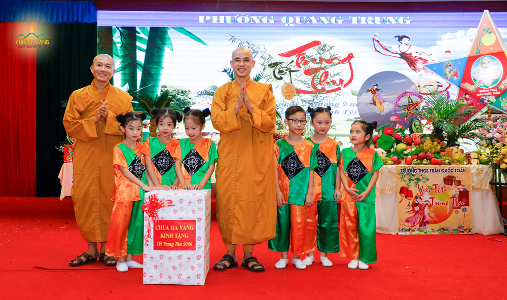Đại diện chùa Ba Vàng, Đại đức Thích Trúc Bảo Lực và Đại đức Thích Trúc Bảo Chung tặng quà cho các em nhỏ nhân dịp tết Trung thu 2020
