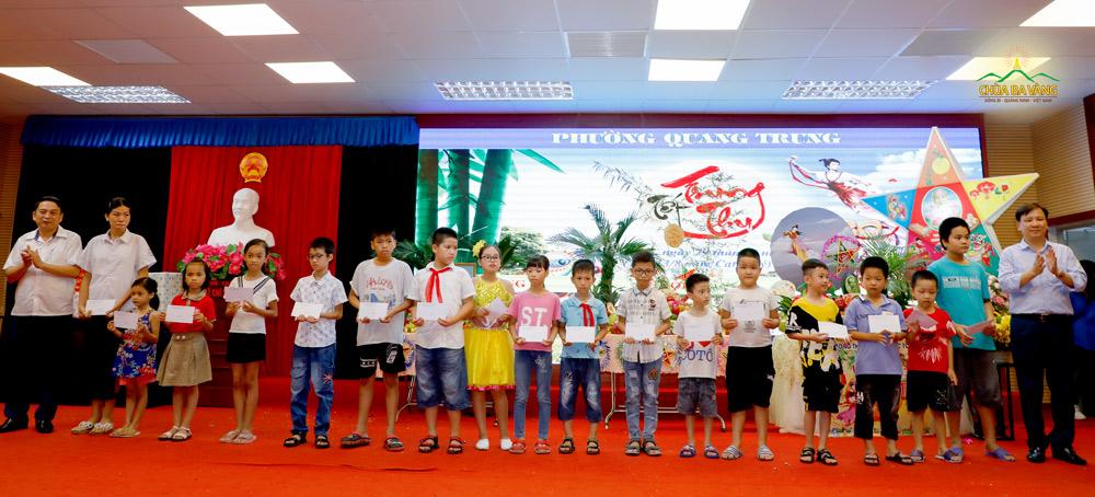 Đại diện lãnh đạo địa phương tặng quà Tết Trung thu cho các em thiếu nhi trên địa bàn phường Quang Trung