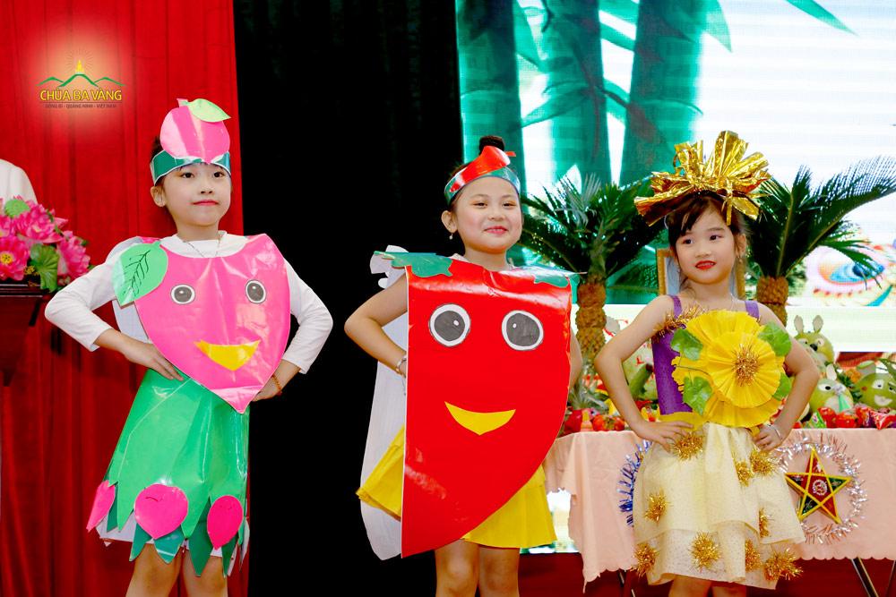 Trong bộ trang phục ngộ nghĩnh, các em nhỏ cùng nhau mang đến những tiết mục văn nghệ vui nhộn và đặc sắc