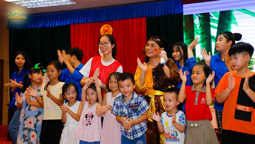 Sân khấu chương trình Tết Trung thu ngập tràn niềm vui và tiếng cười rộn rã của các em thiếu nhi