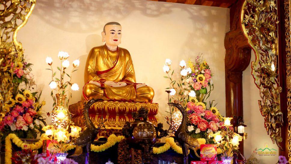 Tôn tượng Tổ Sư Ma Ha Sa Môn Tuệ Bích Phổ Giác được thờ tại nhà thờ Tổ chùa Ba Vàng