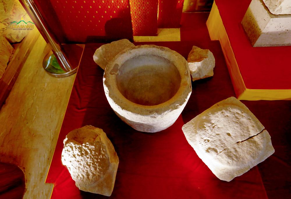Một góc lưu giữ những cổ vật trong bảo tàng chùa Ba Vàng