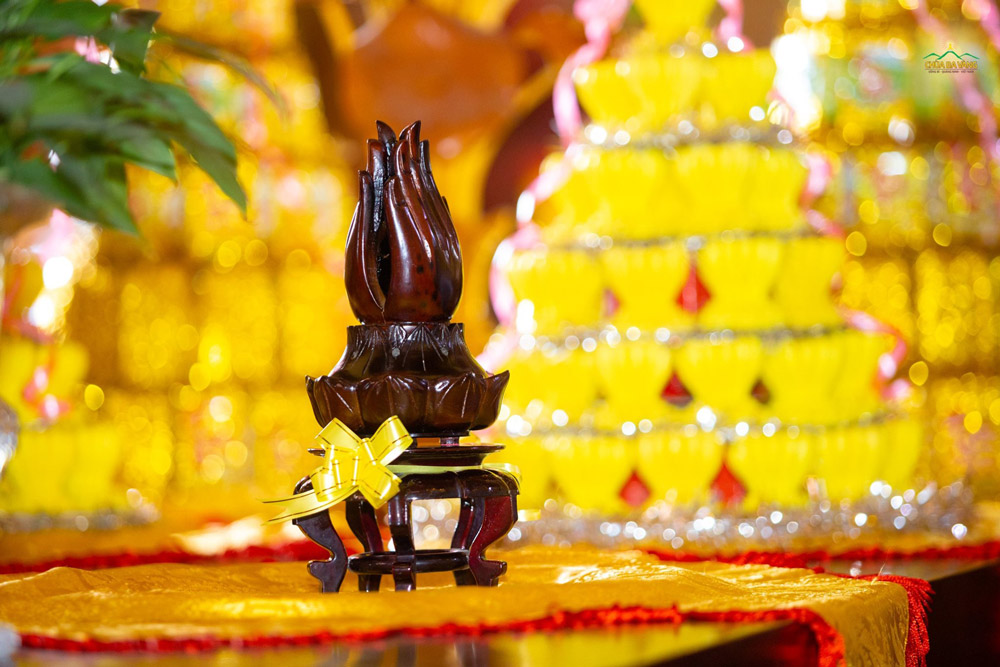 Tháp đốt trầm hương được chuẩn bị để dâng cúng dường Sư Tổ