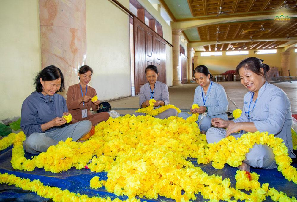 Các Phật tử kết tràng hoa trang trí ban thờ Tổ