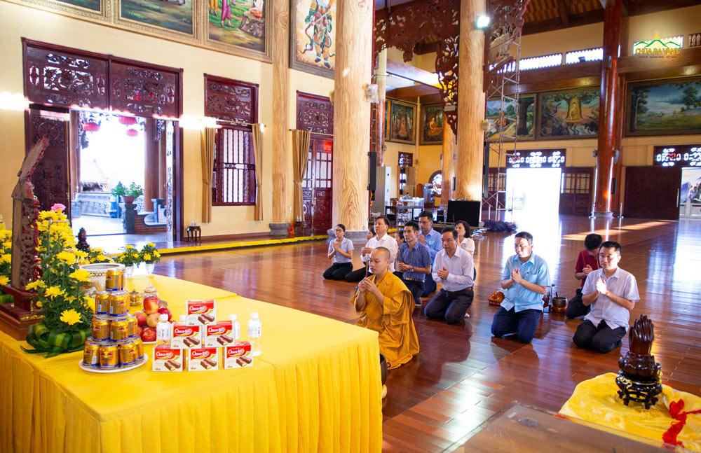 Đại đức Thích Trúc Bảo Hội hướng dẫn phái đoàn niêm hương bạch Phật tại Chính điện chùa Ba Vàng