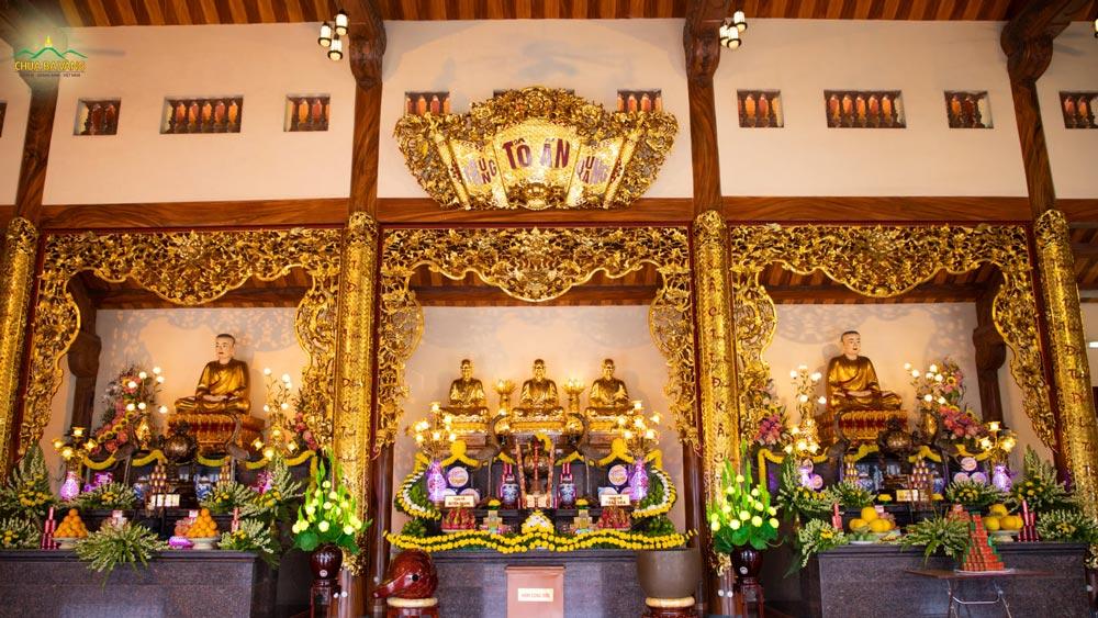 Ban thờ các vị Sư Tổ được các Phật tử trang trí rất tỉ mỉ