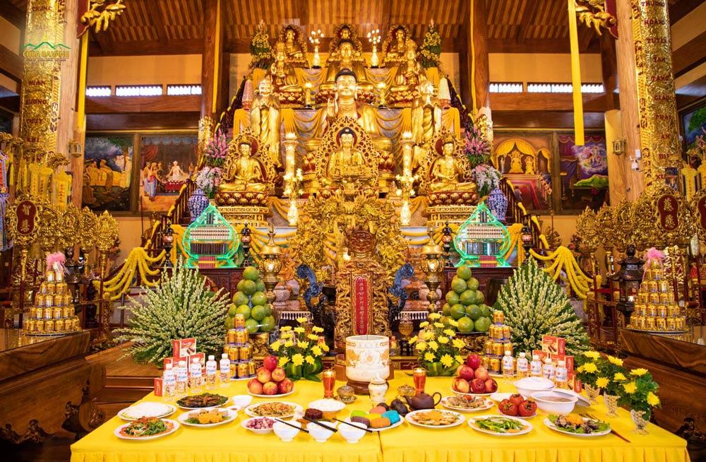 Ban Tam Bảo chùa Ba Vàng trong lễ giỗ Tổ Sư Trúc Lâm Ma Ha Sa Môn Tuệ Bích Phổ Giác