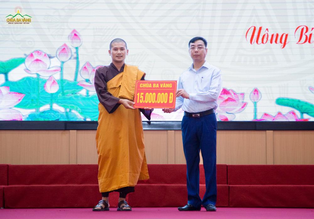 """Đại diện chư Tăng Chùa Ba Vàng trao phần quà hỗ trợ quỹ """"Vì người nghèo"""" của thành phố"""