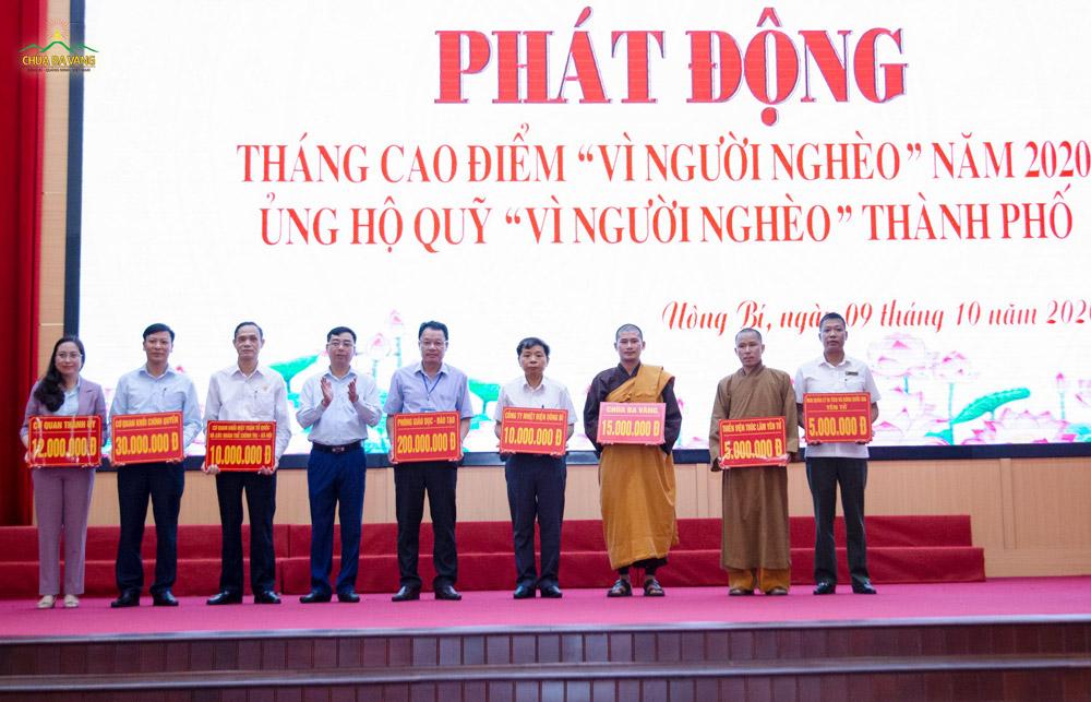 """Đại diện các đơn vị, tổ chức, cá nhân hảo tâm ủng hộ Quỹ """"Vì người nghèo"""" của thành phố Uông Bí"""