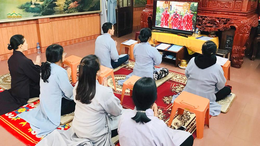 Phật tử trang nghiêm hướng tâm về chùa theo dõi Lễ giỗ Tổ trực tuyến