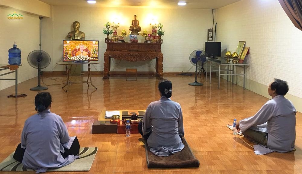 Phật tử chăm chú lắng nghe Sư Phụ giảng Pháp