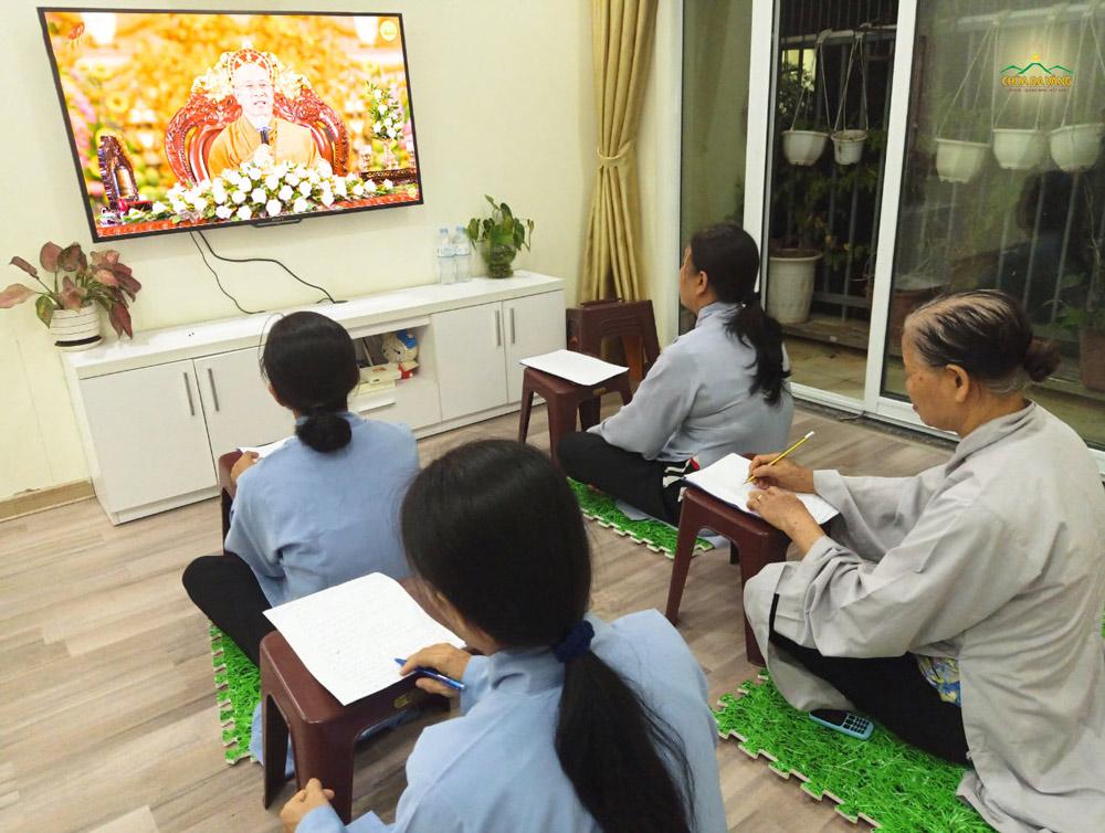 Phật tử ghi chép những lời giảng của Sư Phụ