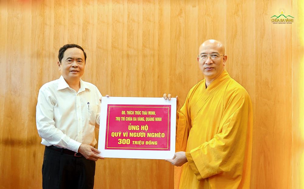 """Sư Phụ Thích Trúc Thái Minh thay mặt Tăng Ni, Phật tử chùa Ba Vàng trao tặng 300 triệu đồng ủng hộ quỹ """"Vì người nghèo"""" và ủng hộ miền Trung"""
