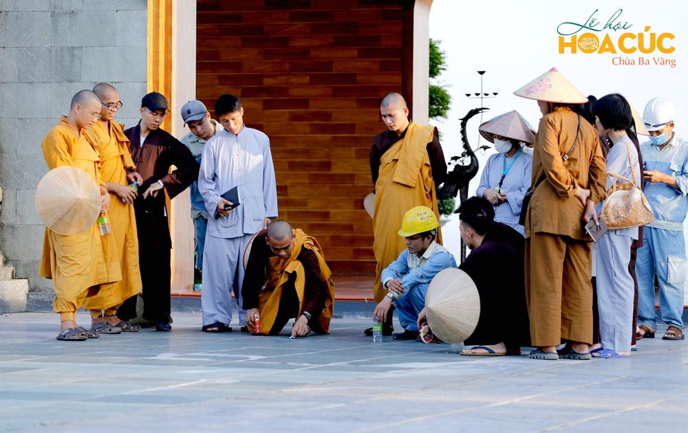 Chư Tăng và các Phật tử lên phương án chương trình Lễ hội Hoa Cúc
