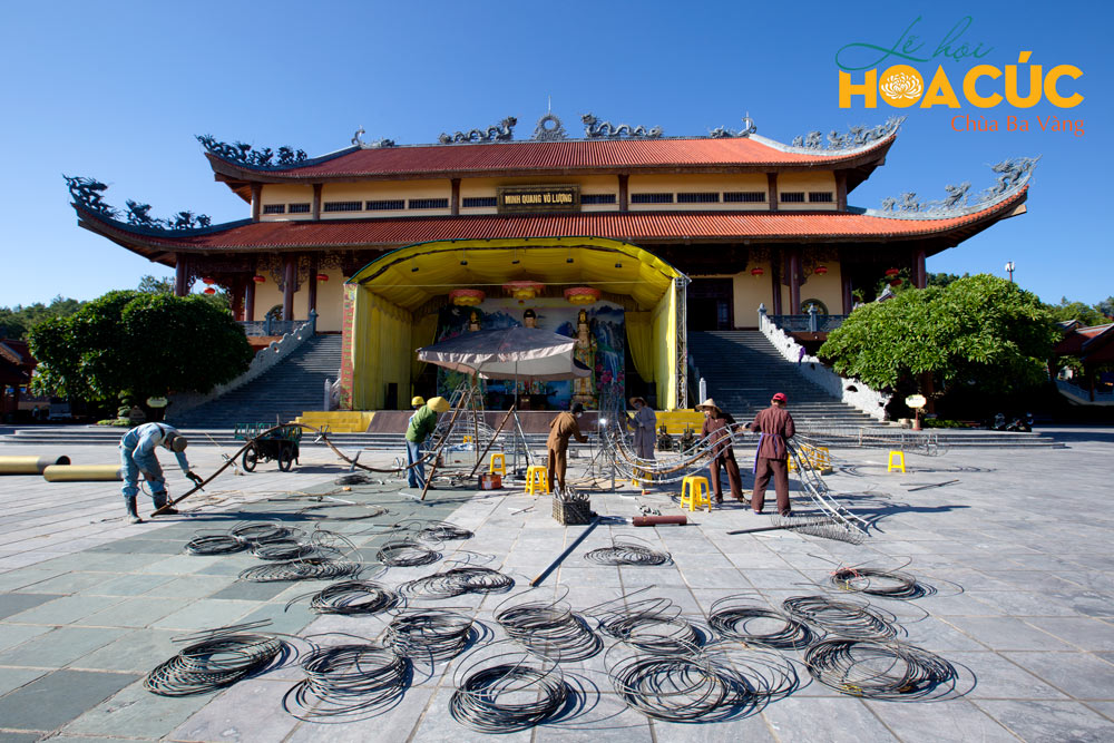 Các Phật tử ban cơ khí triển khai các hạng mục công trình
