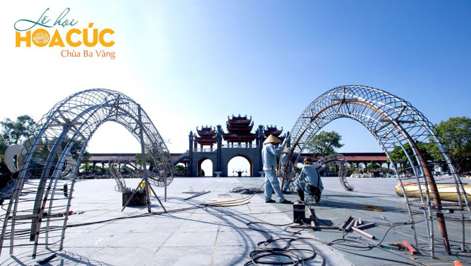 Khung cảnh công tác chuẩn bị Lễ hội Hoa Cúc chùa Ba Vàng đang dần được hoàn tất....