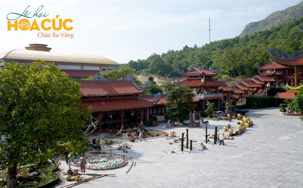 Một góc tiểu cảnh tại sân Chính điện đang được các Phật tử triển khai hoàn thành