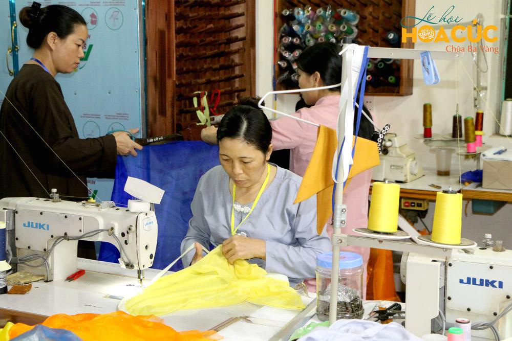 Các Phật tử ban may tham gia công tác chuẩn bị Lễ hội Hoa Cúc