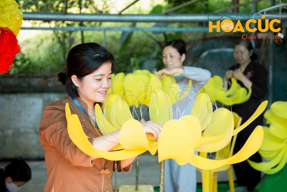 Phật tử hoan hỷ khi được tham gia làm mô hình hoa cúc cho lễ hội