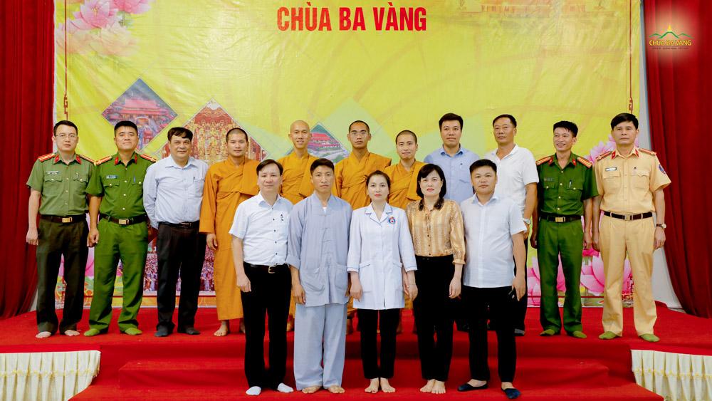 Đại diện chư Tôn đức Tăng và lãnh đạo, cán bộ chính quyền địa phương trong buổi họp bàn triển khai tổ chức Lễ hội Hoa Cúc chùa Ba Vàng năm 2020