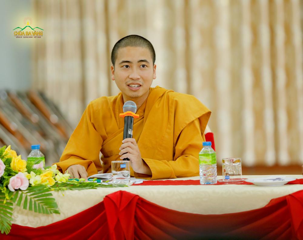 Đại đức Thích Trúc Bảo Tiến - đại diện chư Tăng chùa Ba Vàng phát biểu tại buổi họp