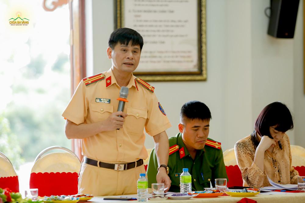 Đại diện Cảnh sát giao thông thành phố Uông Bí phát biểu tại buổi họp
