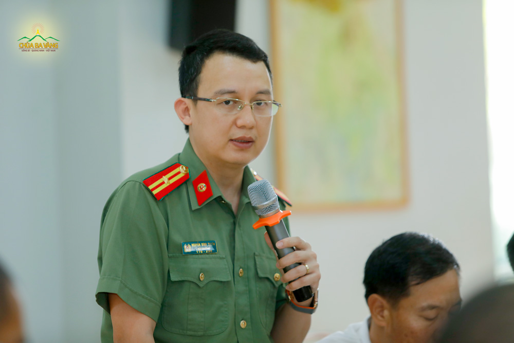 Đại diện Công an thành phố Uông Bí phát biểu tại buổi họp